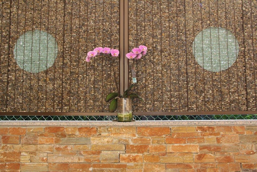 Des orchidées devant deux panneaux gabion Stonefence