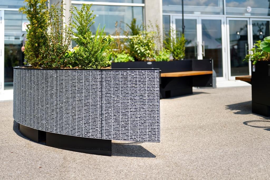 Le banc public Exedra est design avec son gabion