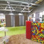 Mur avec des boules colorées