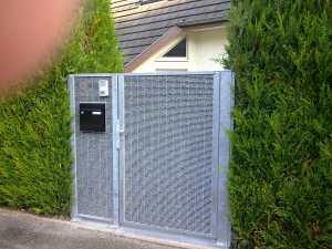 Portail gabion et clôture minérale avec une boite à lettres