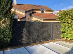 Maison avec clôture posée par Décors et Paysages