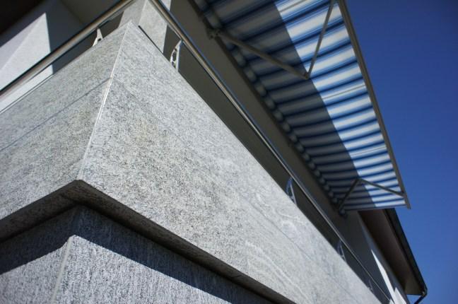 Ecke_balkonverkleidung_ONSERNONE_gneis_sandgestrahlt