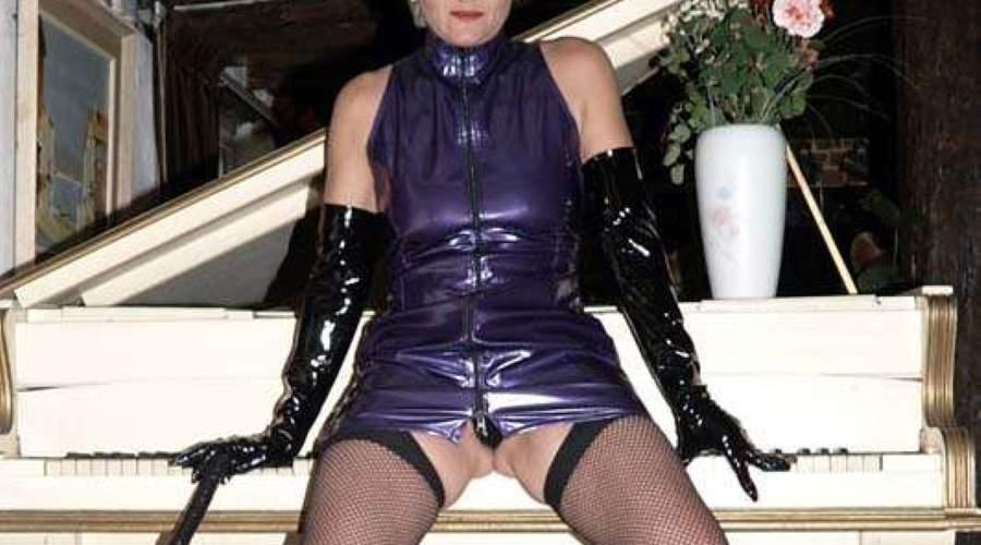 Mistress Venezia, padrona matura amante latex e frustino a frange cerca slave
