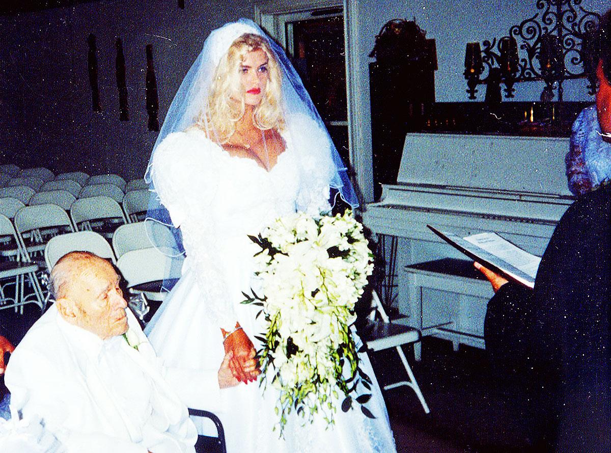 *** PREMIUM EXCLUSIVE *** Anna Nicole Smith marries oil tycoon J. Howard Marshall II in Texas.