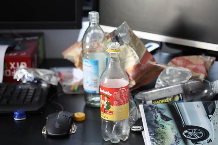 Müll auf Schreibtisch
