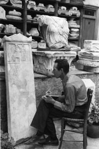 """E.V. mentre studia l'iscrizione """"Legge contro i Tiranni"""" (I 6524). 1932"""