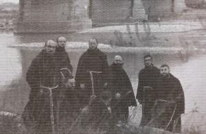Il professor Pavan (in primo piano) con altri confratelli quando era preside dell'Istituto Francescano di spiritualità