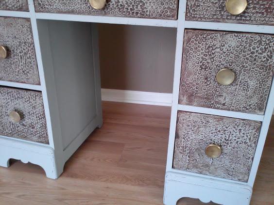 bubblewrap-plaster-texture-wood-desk