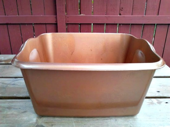 plastic dish pan with copper hammer spray paint-10