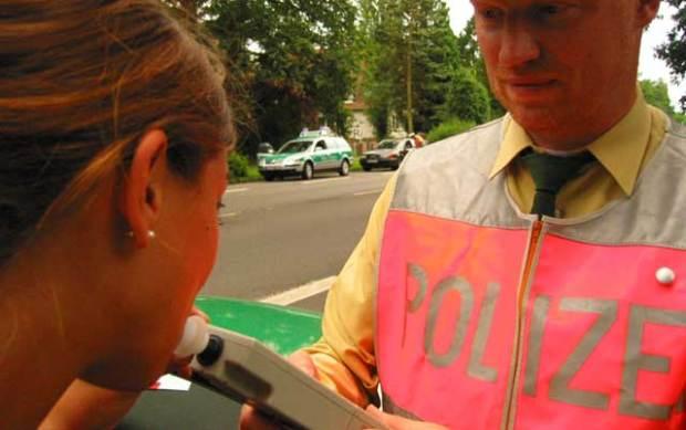 Atemalkoholtest, Atemalkoholkontrolle, Alcomat, Polizei, Alkohol, Straßenverkehr, betrunken, angetrunken