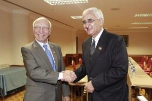 Pakistani Foreign Affairs Adviser to PM, Sartaj Aziz with Indian External Affairs Minister, Salman Kurshid   Photo: MEA