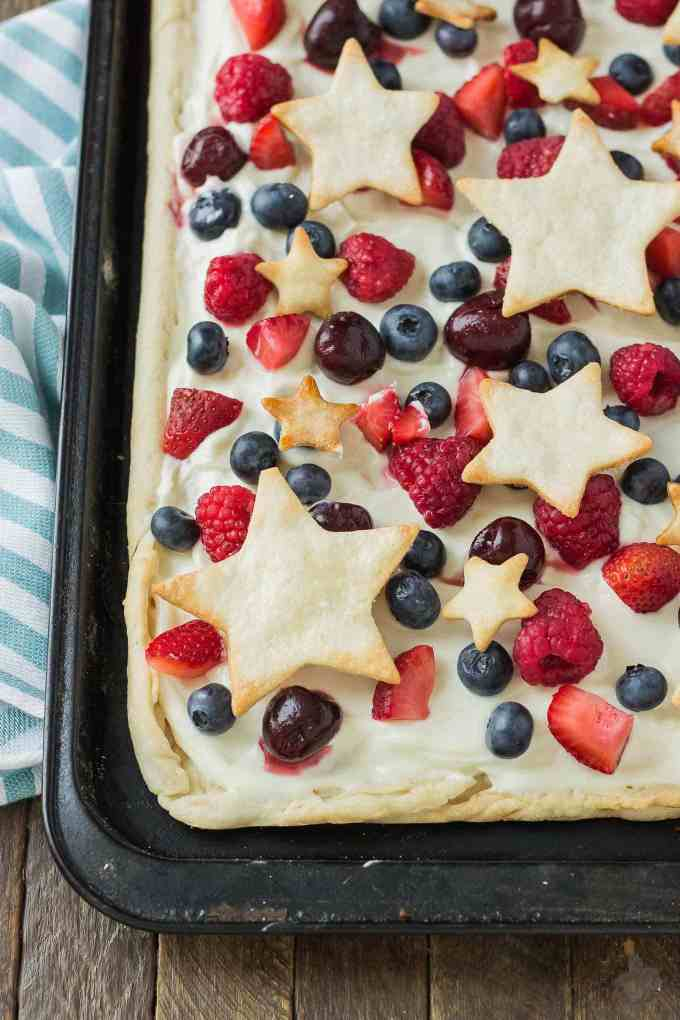 What is more Patriotic than aStar Spangled Berry Sheet Pan Pie? It's an all American pie loaded with berries, citrus flavors and studded with pie stars. A delicious addition to all your festive parties this year! | Strawberry Blondie Kitchen