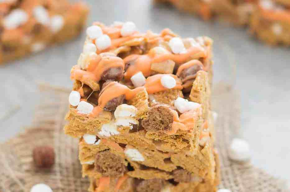 The classic crispy treat you love, turned into a Fall favorite.  These Pumpkin Spice S'mores Bars combine S'mores cereal, warm pumpkin spice seasoning and a delightful drizzle of chocolate and mini marshmallows. | Strawberry Blondie Kitchen