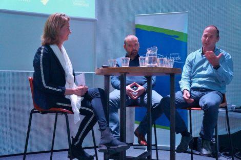 """Duurzame maatregelen leveren veel meer op dan je denkt, dat was de boodschap van Arthur Jansen van AWEJA Railsystemen en Jan Willem Boezel (rechts) van Van Raam. """"Investeer in de toekomst! Het geeft een goed gevoel en je verdient gelijk geld."""" Helemaal links op de foto gespreksleider Susan Hofs van AOD."""