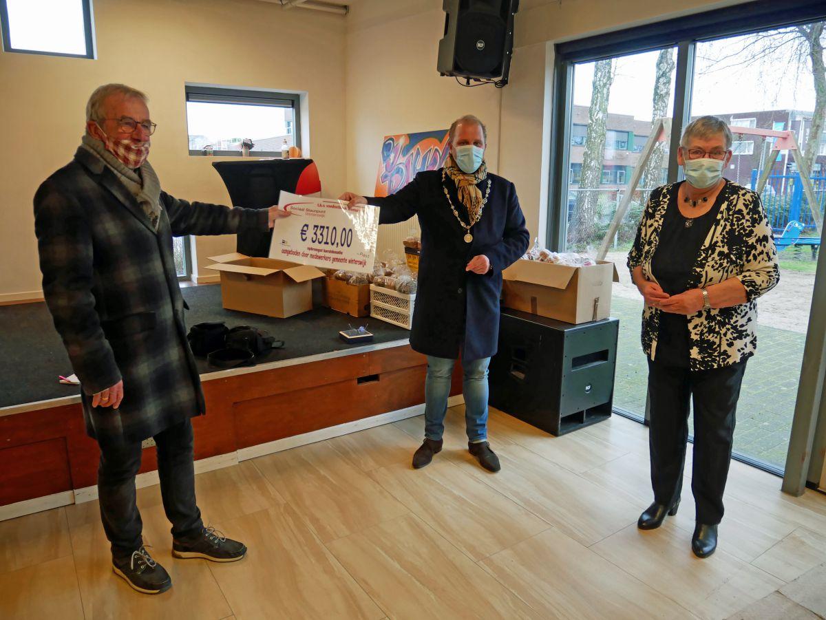 Burgemeester overhandigt cheque aan Voedselbank Winterswijk