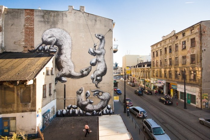 By ROA at GALERIA URBAN FORMS in Lodz, Poland