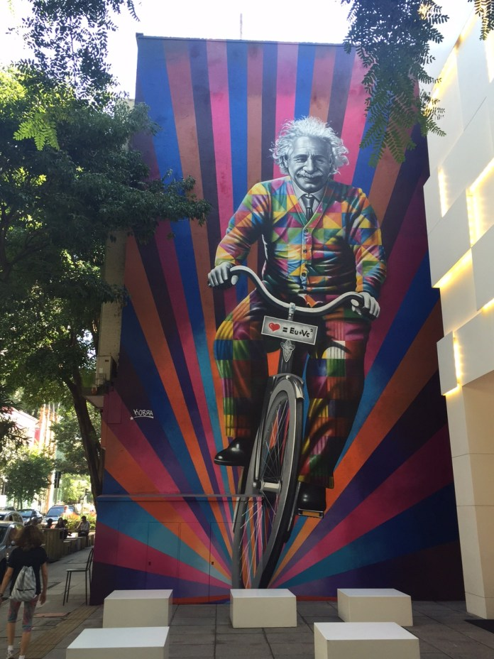 Genial is riding a bike – By Kobra in São Paulo, Brazil