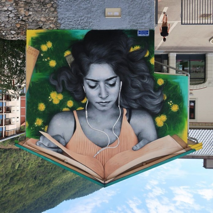 🙃📚 Upside down! Painted on the town's library 🙃📚 (4 photos)