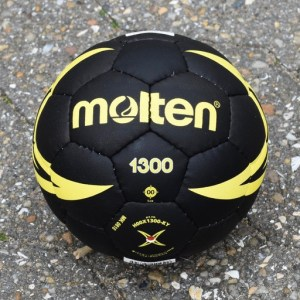 6 Molten H00X 1300 - YR Street Handball ball
