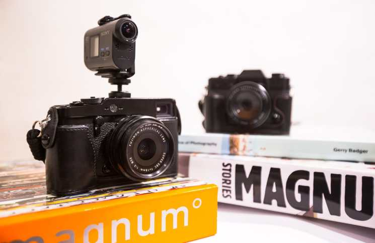 Street Photography Vlogging setup of a Sony Action Cam on a hot shoe mount on a Fuji X-Pro1