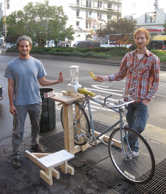 Free bike-powered smoothies are available at 116th and Broadway. Photo: Noah Kazis.