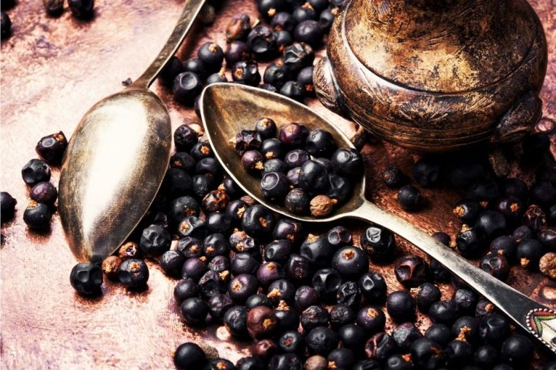 Juniper berries with spoons