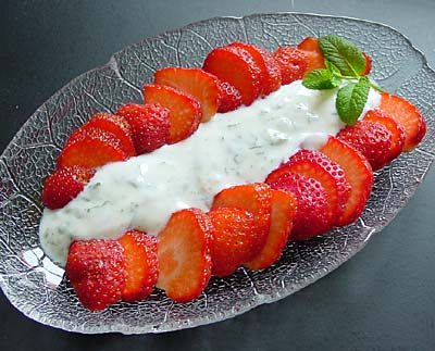 Erdbeeren mit Minzjoghurt / strawberries with mint yogurt