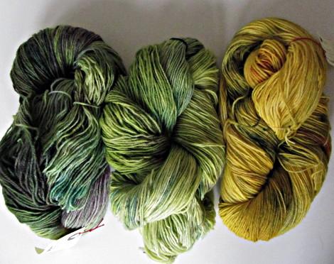 drei Stränge Sockenwolle, handgefärbt