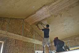strawbalehouse-summerau-clayplaster-21
