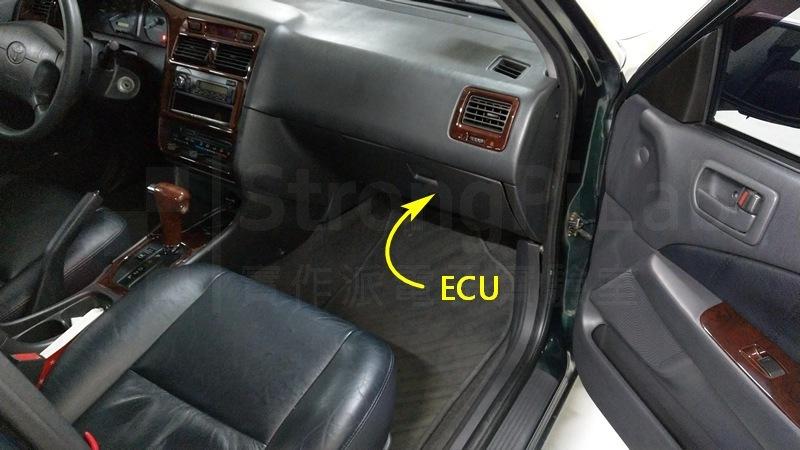 行車電腦 ECU在副駕駛座前方