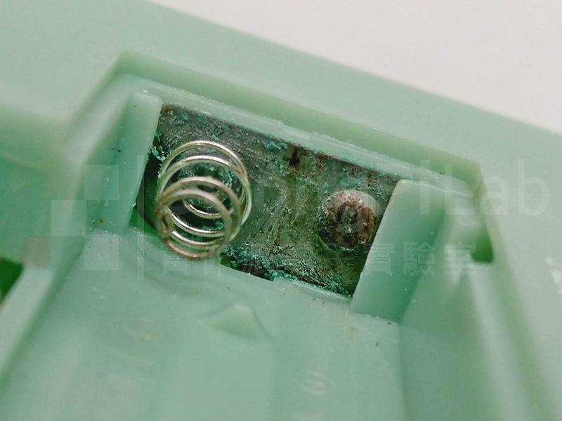電子秤 內被腐蝕的電池簧片