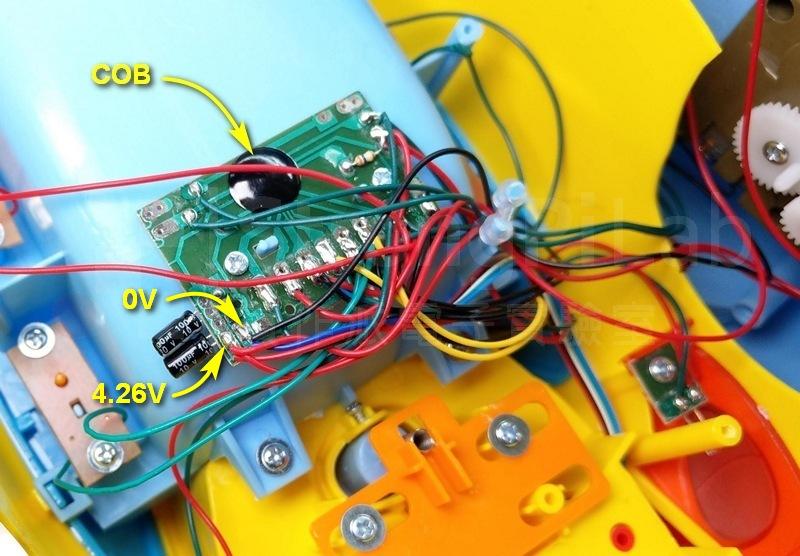 玩具車 內部的電路板