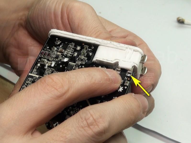 電源線和電路板是靠著簧片接觸做連接