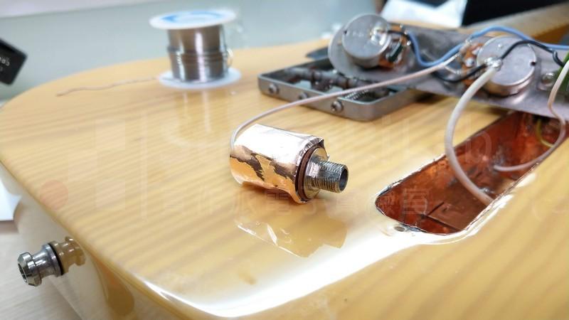 音源插座也用銅箔圍起來防 電磁波