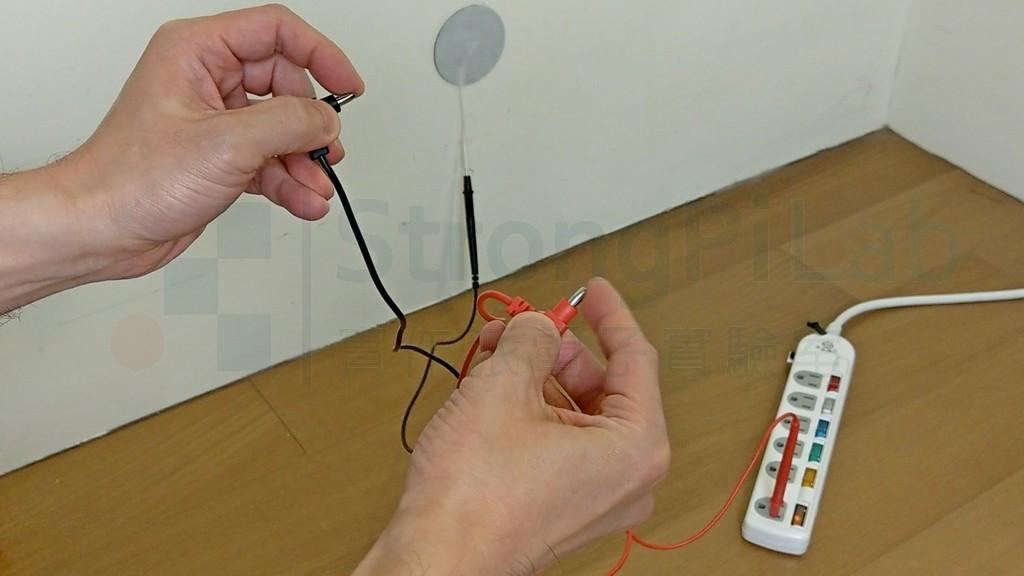 人體跨接110V火線與水泥牆的觸碰測試