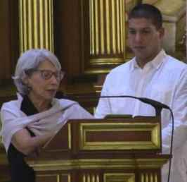 María de los Ángeles Vázquez thanks the people of Puerto Rico for their love for her deceased comrade. At her side, the son of both, Rafael Cancel Vázquez.