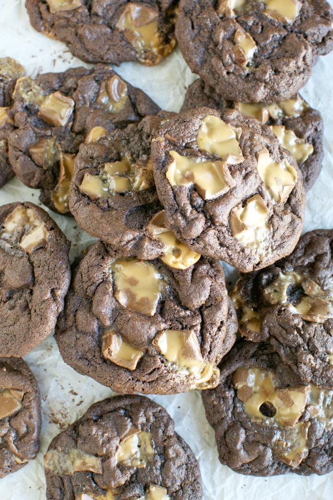 Chewy Chocolotate Rolo Cookies | www.stuckonsweet.com