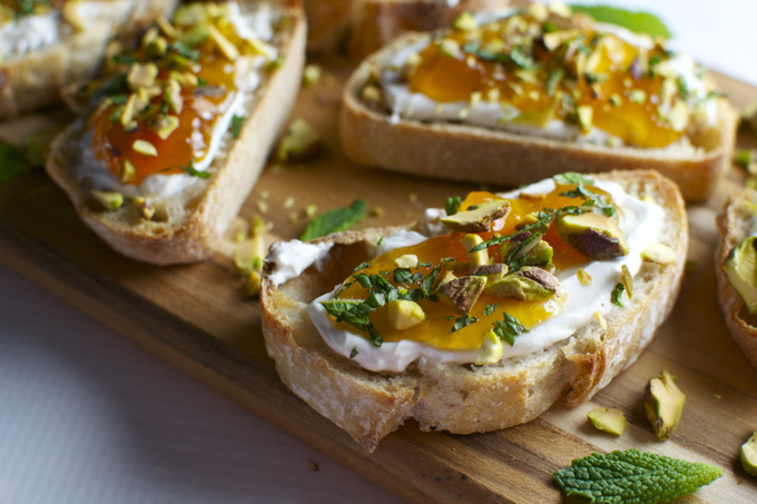 Goat Cheese and Apricot Crostini | stuckonsweet.com