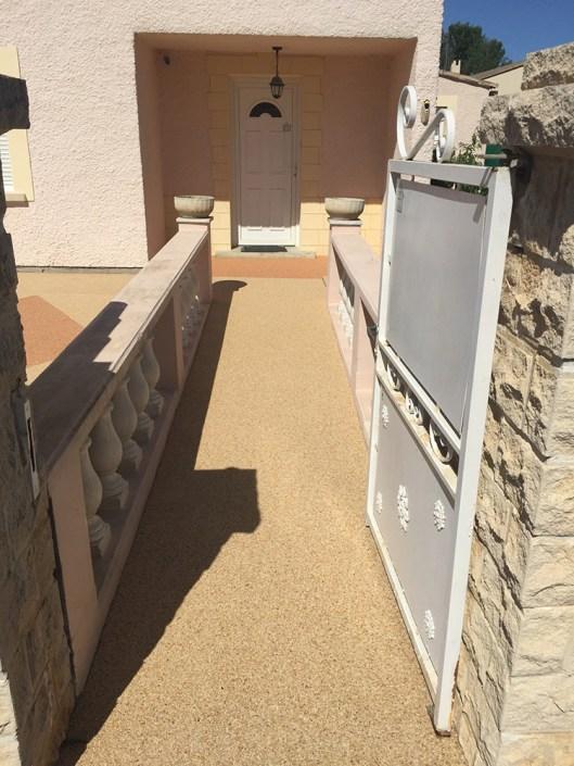 Entrée de maison en granulats de marbre
