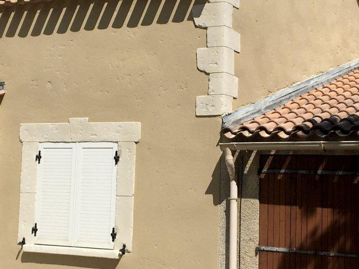 façade enduit aspect pierre avec chaines d'angles et encadrements