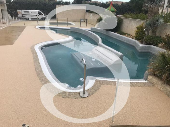Plage de piscine en granulats de marbre drainant - Camping Les Amandiers à Gallargues le Montueux 30660