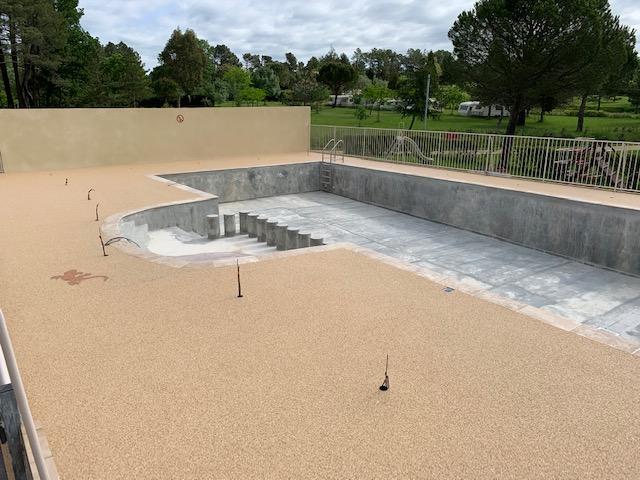 Plage de piscine en Granulats de Marbre - Coloris Jaune - Camping La Rouvière Les Pins Dept 07150 VAGNAS (Vallon Pont d'Arc)
