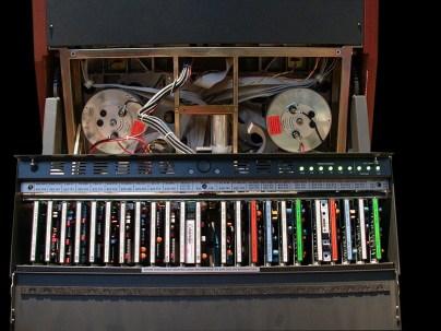 Der Elektronikeinschub unterhalb der Maschine.