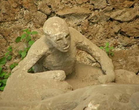 Corps pétrifié d'une victime de l'irruption du Vésuve à Pompei (79 ap. J.C.).