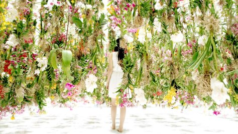 """Photo tirée de la vidéo présentant l'installation Floating Flower Garden (""""Jardin de Fleurs Flottantes"""") de TeamLab."""