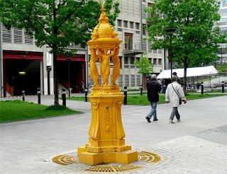 Fontaine Wallace jaune de l'Esplanade Pierre Vidal Naquet, Paris.