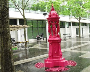 Fontaine Wallace rose, rue Jean Anouilh, Paris.