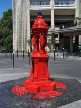 Fontaine Wallace rouge de l'Avenue d'Ivry, Paris.