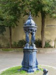 Fontaine Wallace bleue sur la Place du Colonel Fabian, Nancy.