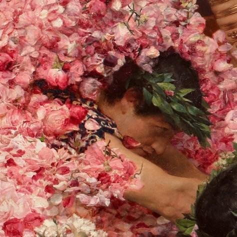 Cet homme semble plonger dans les roses pour s'amuser. A moins que ce ne soit le poids des pétales de roses qui le pousse à se rallonger...
